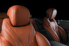 Σύγχρονο αυτοκίνητο πολυτέλειας μέσα Εσωτερικό του σύγχρονου αυτοκινήτου γοήτρου Άνετα κόκκινα καθίσματα δέρματος Διατρυπημένο πο Στοκ εικόνες με δικαίωμα ελεύθερης χρήσης