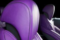 Σύγχρονο αυτοκίνητο πολυτέλειας μέσα Εσωτερικό του σύγχρονου αυτοκινήτου γοήτρου Άνετα κόκκινα καθίσματα δέρματος Μπλε διατρυπημέ Στοκ φωτογραφία με δικαίωμα ελεύθερης χρήσης