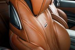 Σύγχρονο αυτοκίνητο πολυτέλειας μέσα Εσωτερικό του σύγχρονου αυτοκινήτου γοήτρου Άνετα κόκκινα καθίσματα δέρματος Διατρυπημένο πο Στοκ Φωτογραφία