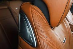 Σύγχρονο αυτοκίνητο πολυτέλειας μέσα Εσωτερικό του σύγχρονου αυτοκινήτου γοήτρου Άνετα κόκκινα καθίσματα δέρματος Διατρυπημένο πο Στοκ φωτογραφίες με δικαίωμα ελεύθερης χρήσης