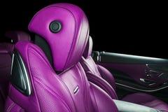 Σύγχρονο αυτοκίνητο πολυτέλειας μέσα Εσωτερικό του σύγχρονου αυτοκινήτου γοήτρου Άνετα κόκκινα καθίσματα δέρματος Διατρυπημένο ρο Στοκ φωτογραφία με δικαίωμα ελεύθερης χρήσης