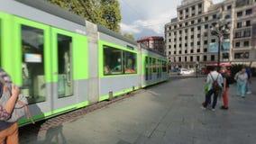 Σύγχρονο αυτοκίνητο τραμ που φθάνει στο τετράγωνο πόλεων, δημόσιο μέσο μεταφοράς στο Μπιλμπάο, Ισπανία απόθεμα βίντεο
