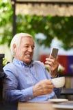 Σύγχρονο βίντεο Grandpa που καλεί τους συγγενείς Στοκ φωτογραφία με δικαίωμα ελεύθερης χρήσης