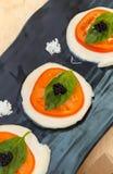 Σύγχρονο βαλσαμικό χαβιάρι σαλάτας Caprese, μοριακό αέριο Gelification στοκ εικόνες