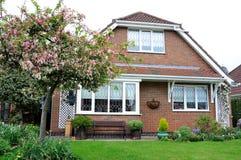 Σύγχρονο βρετανικό σπίτι με τον κήπο στοκ εικόνα με δικαίωμα ελεύθερης χρήσης