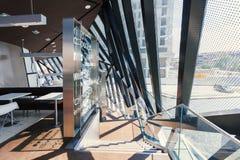 Σύγχρονο γεωμετρικό εσωτερικό με τα μεγάλες παράθυρα και τις επιτροπές μετάλλων Στοκ Εικόνα