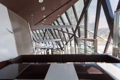 Σύγχρονο γεωμετρικό εσωτερικό με τα μεγάλες παράθυρα και τις επιτροπές μετάλλων Στοκ φωτογραφία με δικαίωμα ελεύθερης χρήσης