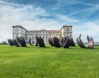 Σύγχρονο γλυπτό μπροστά από το παλάτι Pharo, Μασσαλία, Γαλλία στοκ φωτογραφίες με δικαίωμα ελεύθερης χρήσης
