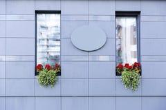 Σύγχρονο γραφείο εξωτερικό με τα όμορφα λουλούδια Στοκ Εικόνες