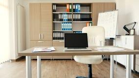 Σύγχρονο γραφείο με ένα γραφείο στη μέση απόθεμα βίντεο