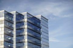 Σύγχρονο γραφείο που γίνεται επιχειρησιακό από το γυαλί ενάντια στο μπλε ουρανό Στοκ φωτογραφίες με δικαίωμα ελεύθερης χρήσης