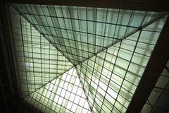 Σύγχρονο γραφείο architectur στα υπόβαθρα τοίχων γυαλιού Στοκ Φωτογραφίες