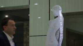 Σύγχρονο γλυπτό των γυναικών απόθεμα βίντεο