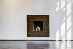 Σύγχρονο δωμάτιο διαβίωσης με μια άσπρη εστία στοκ εικόνες