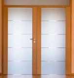 σύγχρονο δωμάτιο διαβίωσης πορτών Στοκ Εικόνες