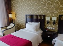 Σύγχρονο δωμάτιο κρεβατιών στο ξενοδοχείο πολυτελείας Στοκ Εικόνες