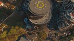 Σύγχρονο εμπορικό κέντρο με helipad 4K UHD το εναέριο μήκος σε πόδηα απόθεμα βίντεο
