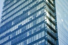 Σύγχρονο εξωτερικό οικοδόμησης προσόψεων γυαλιού λεπτομερειών αρχιτεκτονικής Στοκ φωτογραφία με δικαίωμα ελεύθερης χρήσης
