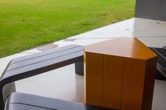 Σύγχρονο επιτραπέζιο σύνολο και πράσινο γυαλί Στοκ φωτογραφίες με δικαίωμα ελεύθερης χρήσης