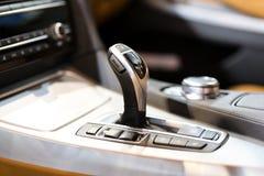 Σύγχρονο εργαλείο μετατόπισης στο εσωτερικό αυτοκινήτων πολυτέλειας Στοκ Εικόνες