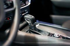 Σύγχρονο εργαλείο μετατόπισης στο εσωτερικό αυτοκινήτων πολυτέλειας Στοκ εικόνες με δικαίωμα ελεύθερης χρήσης