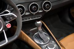 Σύγχρονο εργαλείο μετατόπισης στο εσωτερικό αυτοκινήτων πολυτέλειας Στοκ Εικόνα