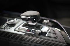 Σύγχρονο εργαλείο μετατόπισης στο εσωτερικό αυτοκινήτων πολυτέλειας Στοκ φωτογραφίες με δικαίωμα ελεύθερης χρήσης
