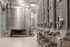 Σύγχρονο εργοστάσιο κρασιού με τις μεγάλες δεξαμενές για τη ζύμωση Στοκ εικόνα με δικαίωμα ελεύθερης χρήσης