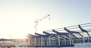 Σύγχρονο εργοτάξιο οικοδομής αποθηκών, η δομή δομικού χάλυβα ενός νέου εμπορικού κτηρίου ενάντια σε ένα σαφές μπλε απόθεμα βίντεο