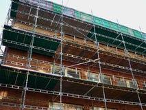 Σύγχρονο εργοτάξιο οικοδομής με την πλατφόρμα ικριωμάτων sytem Στοκ φωτογραφία με δικαίωμα ελεύθερης χρήσης