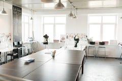 Σύγχρονο εσωτερικό ατελιέ στο άσπρο χρώμα Στοκ φωτογραφία με δικαίωμα ελεύθερης χρήσης