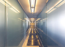 Σύγχρονο εσωτερικό γραφείων με τις αντανακλάσεις Στοκ φωτογραφία με δικαίωμα ελεύθερης χρήσης