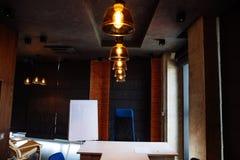 Σύγχρονο εσωτερικό γραφείων που εκτελείται στην έννοια σοφιτών Επιχειρησιακό διάστημα εργασίας τέχνης Στοκ Φωτογραφίες