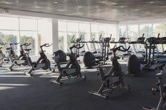 Σύγχρονο εσωτερικό γυμναστικής με τον εξοπλισμό, ποδήλατα άσκησης ικανότητας Στοκ εικόνα με δικαίωμα ελεύθερης χρήσης