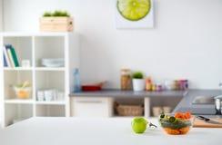 Σύγχρονο εσωτερικό εγχώριων κουζινών με τα τρόφιμα στον πίνακα στοκ φωτογραφίες με δικαίωμα ελεύθερης χρήσης
