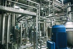 Σύγχρονο εσωτερικό εργοστασίων ζυθοποιείων Δεξαμενές ή δεξαμενές χάλυβα για την μπύρα διήθησης, τις γραμμές σωλήνων και άλλο εργα Στοκ Εικόνες