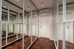 Σύγχρονο εσωτερικό διαδρόμων με τις πόρτες ντουλαπών καθρεφτών Στοκ εικόνα με δικαίωμα ελεύθερης χρήσης