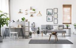 Σύγχρονο εσωτερικό καθιστικών με το γκρίζο ντεκόρ, ξύλινα έπιπλα στοκ εικόνες με δικαίωμα ελεύθερης χρήσης