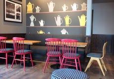 Σύγχρονο εσωτερικό, καθμένος σε ένα εστιατόριο ή μια καφετερία Στοκ Εικόνες