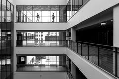 Σύγχρονο εσωτερικό και περπάτημα δύο ανθρώπων Στοκ Φωτογραφία