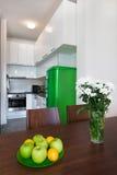Σύγχρονο εσωτερικό κουζινών με να δειπνήσει τον πίνακα Στοκ Εικόνες