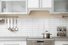 Σύγχρονο εσωτερικό κουζινών με τον ηλεκτρικό οικιακό εξοπλισμό και τα έπιπλα Στοκ φωτογραφία με δικαίωμα ελεύθερης χρήσης