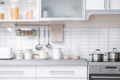 Σύγχρονο εσωτερικό κουζινών με τον ηλεκτρικό οικιακό εξοπλισμό και τα έπιπλα Στοκ φωτογραφίες με δικαίωμα ελεύθερης χρήσης