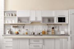 Σύγχρονο εσωτερικό κουζινών με τον ηλεκτρικό οικιακό εξοπλισμό Στοκ εικόνα με δικαίωμα ελεύθερης χρήσης