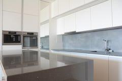 Σύγχρονο εσωτερικό κουζινών στο καινούργιο σπίτι μετά από την εγχώρια ανακαίνιση στοκ φωτογραφία με δικαίωμα ελεύθερης χρήσης