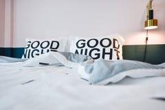 Σύγχρονο εσωτερικό κρεβατοκάμαρων με το άνετο μαξιλάρι και το διακοσμητικό λ Στοκ φωτογραφία με δικαίωμα ελεύθερης χρήσης