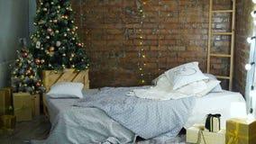 Σύγχρονο εσωτερικό κρεβατοκάμαρων Χριστουγέννων φιλμ μικρού μήκους