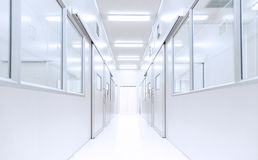 Σύγχρονο εσωτερικό υπόβαθρο εργαστηρίων επιστήμης με το φωτισμό από το gatewa στοκ εικόνα με δικαίωμα ελεύθερης χρήσης