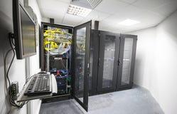 Σύγχρονο εσωτερικό δωματίων κεντρικών υπολογιστών με τα μαύρα γραφεία υπολογιστών Στοκ εικόνες με δικαίωμα ελεύθερης χρήσης