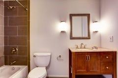 Σύγχρονο εσωτερικό δωματίων κουζινών με το ντους, την τουαλέτα και το γραφείο τοίχων κεραμιδιών Στοκ φωτογραφίες με δικαίωμα ελεύθερης χρήσης